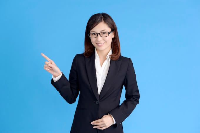 眼鏡のスーツ女性