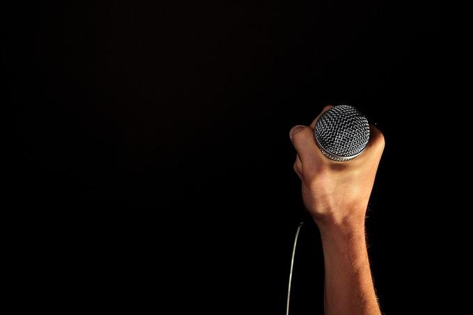 歌手が周囲にバレずにお金を借りるために最もベストな方法